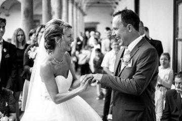 Navlékání prstýnku - Svatební fotografie