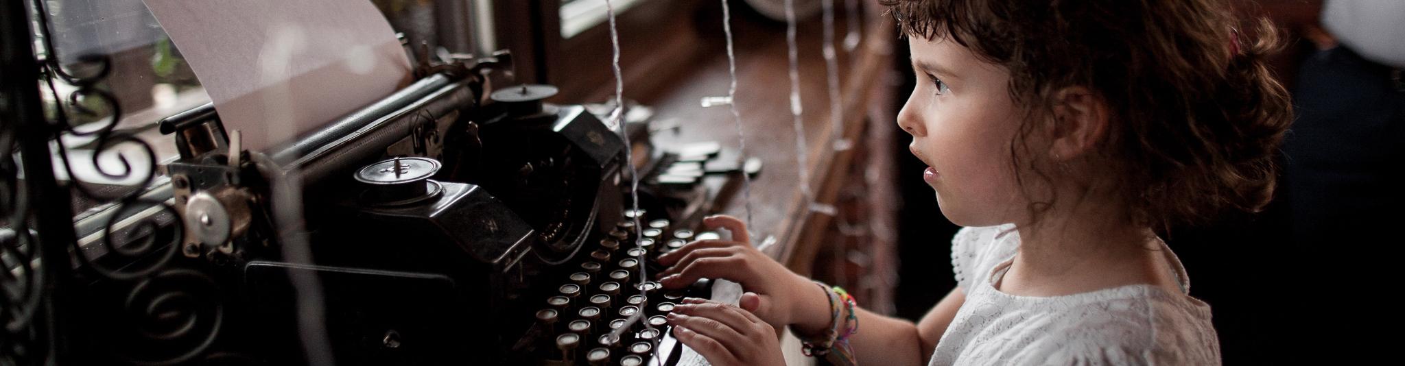 Dítě píše na psacím stroji - Svatební fotografie