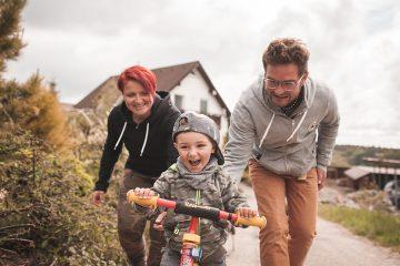 Jízda na dětském kole – rodinné focení