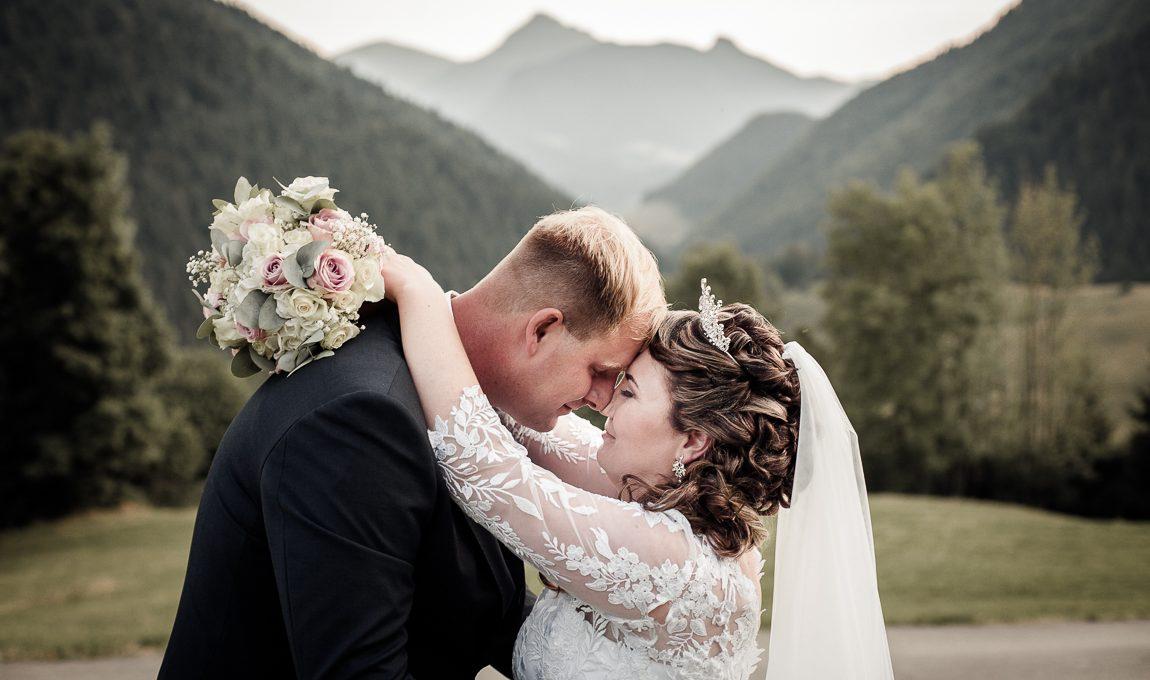 Portrét novomanželů v přírodě - Svatební fotografie