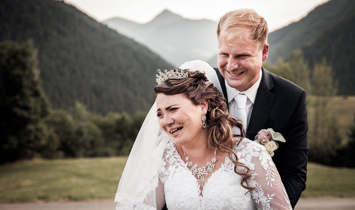 Portrét novomanželů v kopcích - Svatební fotografie