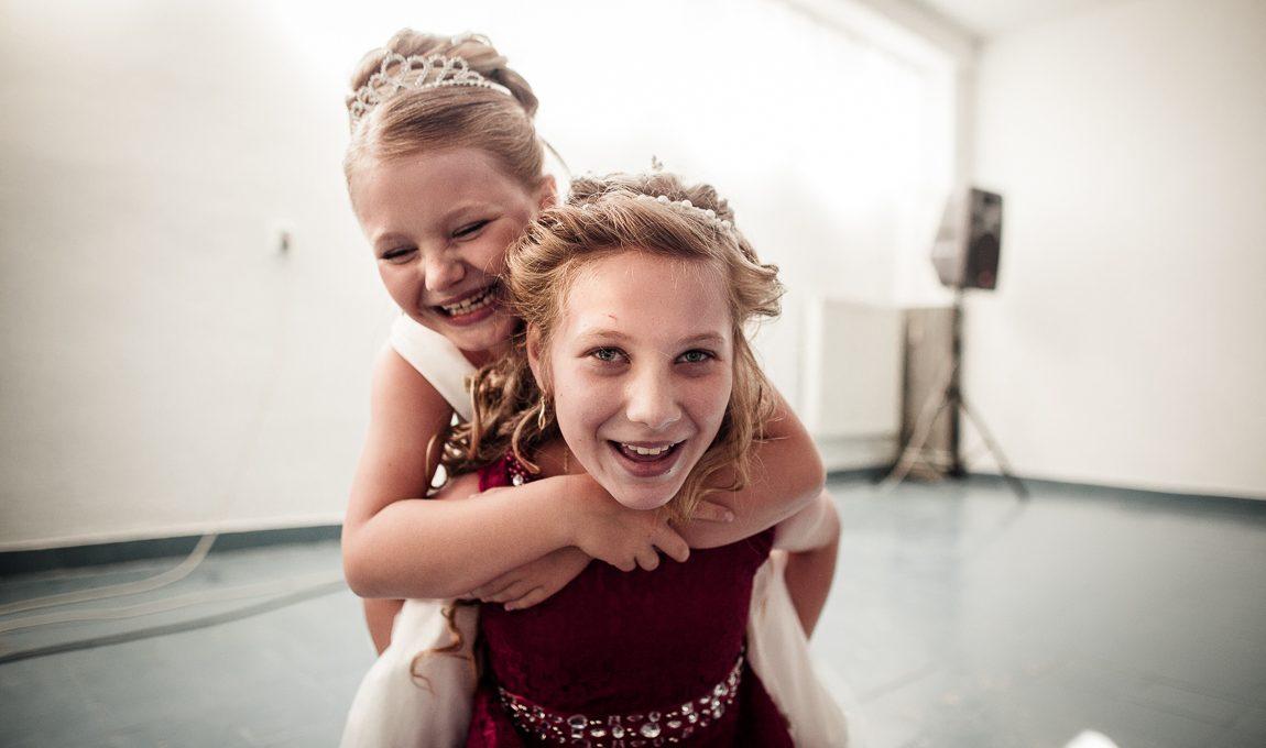 Děti dovádí na svatební veselce - Svatební fotografie